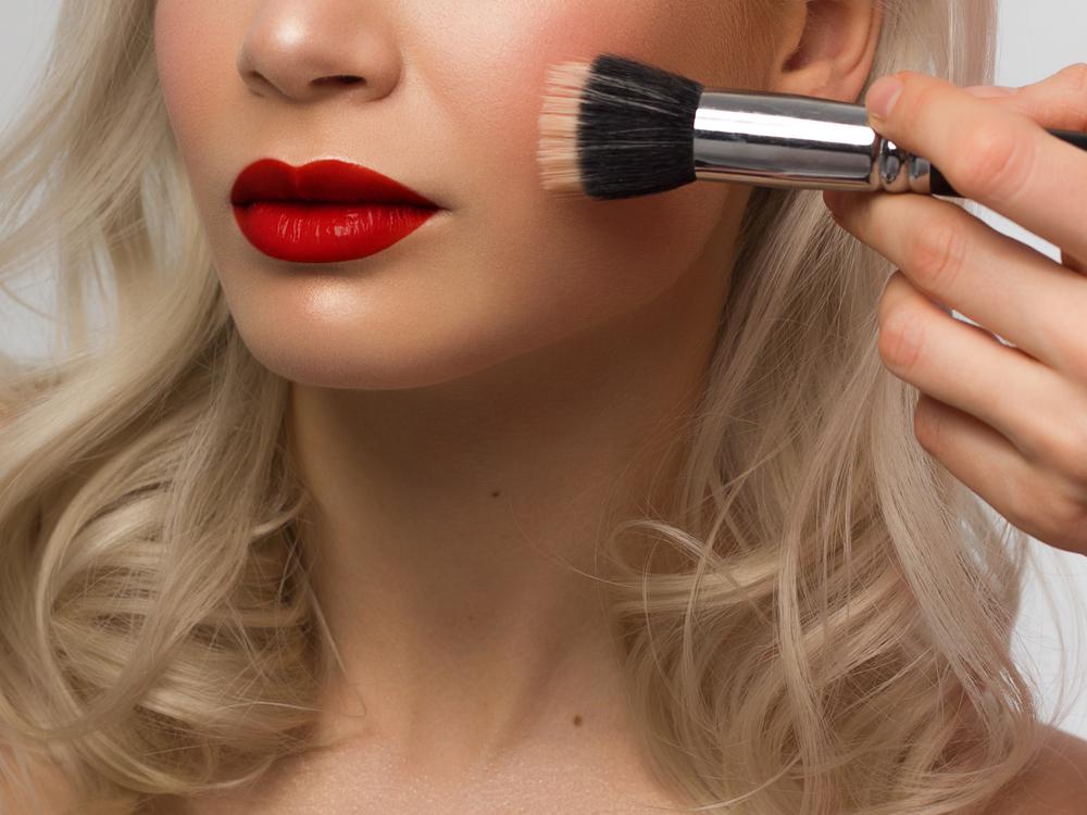 rouge à lèvres femmes blondes