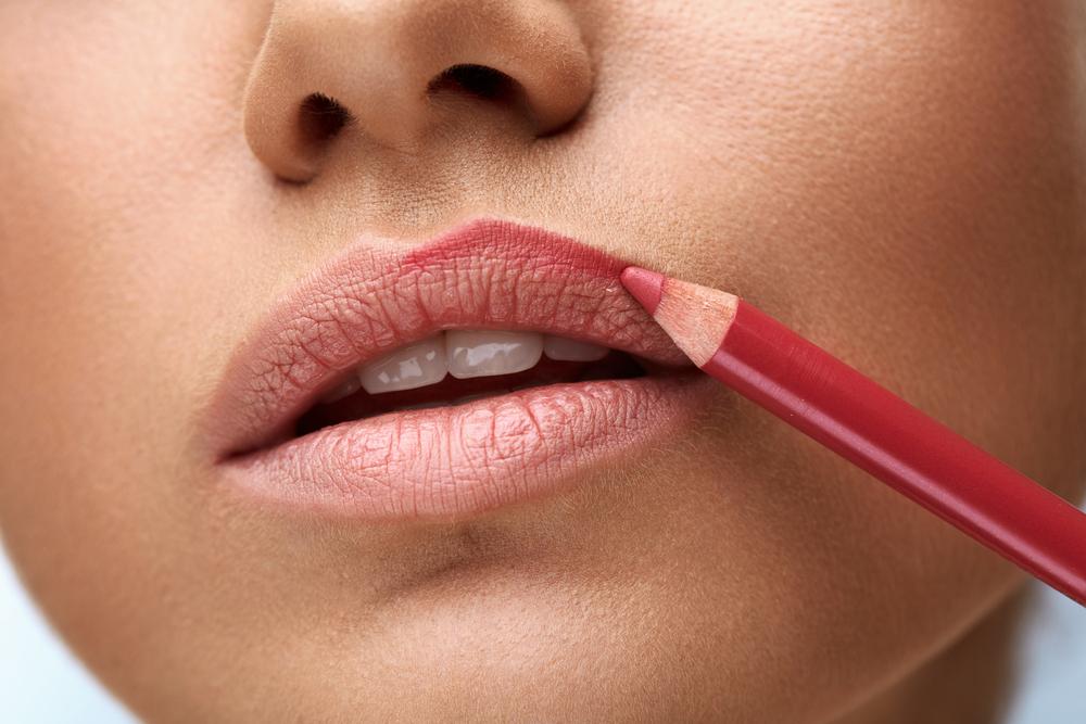 appliquer crayon à lèvres